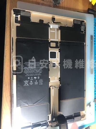 第一代 ipad pro 12.9 更換電池,移除主機板。