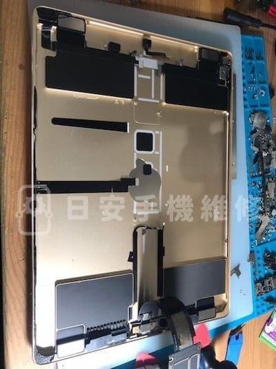 第一代 ipad pro 12.9 更換電池,移除舊電池。